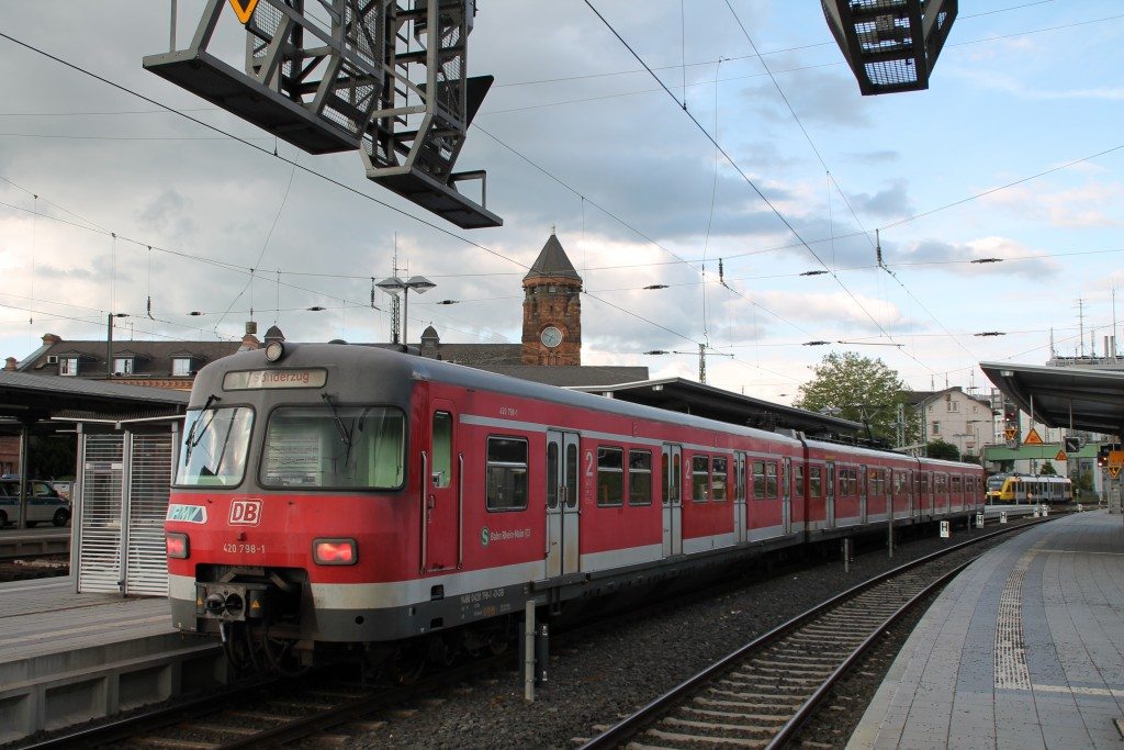 Ein ungewöhnlicher Anblick sah man am 20.05.2015 in Gießen auf Gleis 13. 420 298 ist mit seiner Überführungsfahrt gut angekommen.