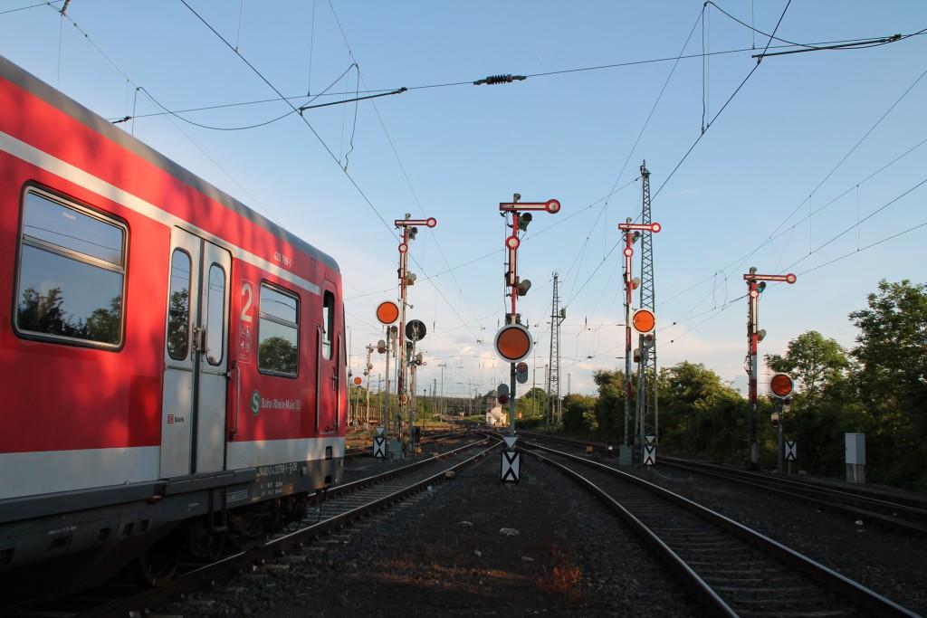 Am 20.05.2015 wartet 420 298 in Gießen auf Gleis 63.