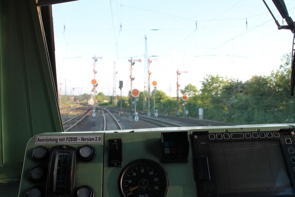Ein Blick durch den Führerstand von 420 298 der in Gießen, am 20.05.2015, auf Gleis 63 wartete.