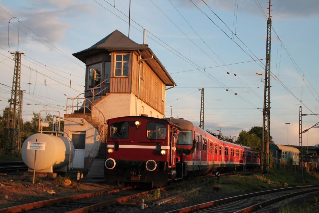 Am Abend des 20.05.2015 drückt eine Köf III 420 298 auf das Gelände der Oberhessischen Eisenbahnfreunde in Gießen.