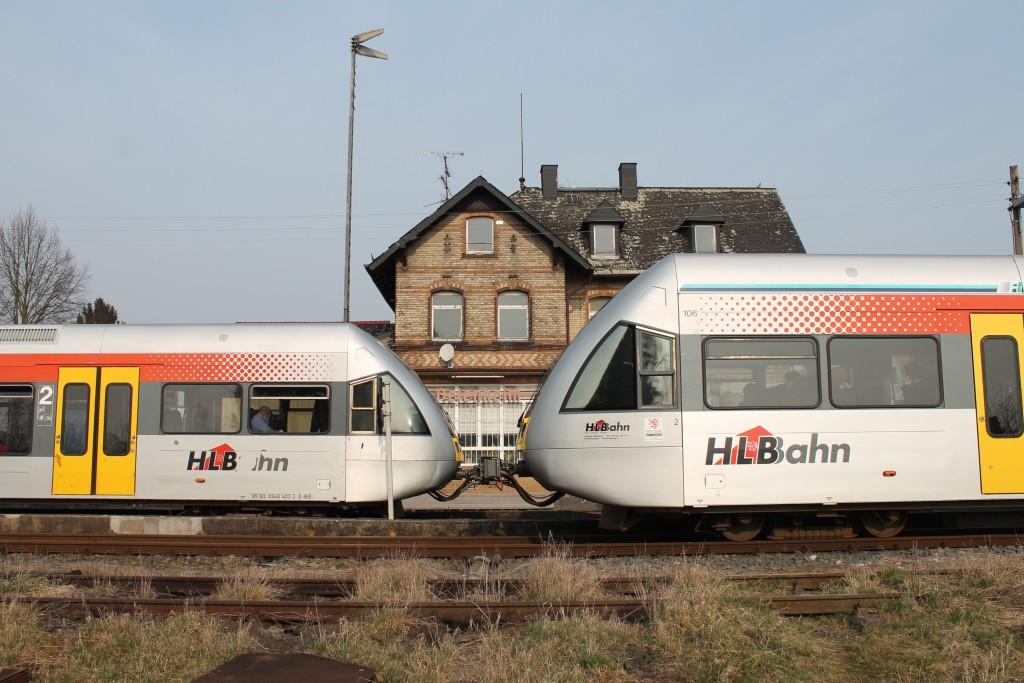 Zwei GTWs der HLB kreuzen am 19.03.2015 im Bahnhof Beienheim der Horlofftalbahn.