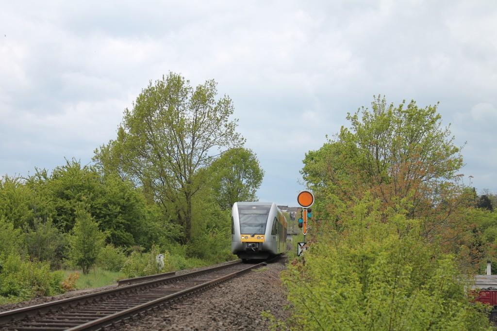 Ein GTW der HLB verlässt am 30.04.2015 den Bahnhof Friedberg über die Horlofftalbahn in Richtung Nidda. Er hat soeben das Einfahrvorsignal erreicht.