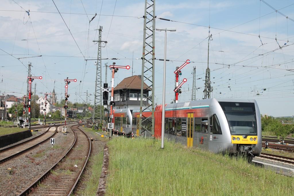 Eine Doppeltraktion aus GTW der HLB fahren am 05.05.2015 über die Horlofftalbahn aus dem Bahnhof Friedberg aus.