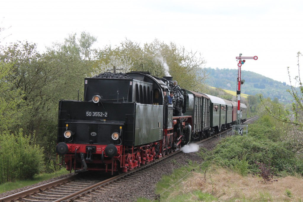 50 3552 der Museumseisenbahn Hanau verlässt am 26.04.2015 den Bahnhof Stockheim, der Lahn-Kinzig-Bahn, in Richtung Nidda.