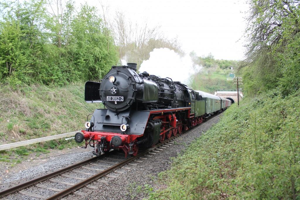 50 3552 der Museumseisenbahn Hanau verlässt am 26.04.2015 den Effolderbacher Tunnel, der Lahn-Kinzig-Bahn, in Richtung Stockheim.