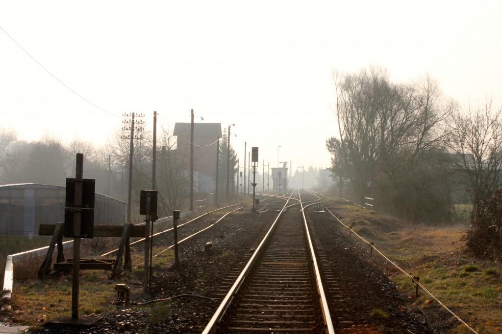 """""""Morgenstund hat Gold im Mund"""", der Bahnhof Hungen auf der Lahn-Kinzig-Bahn am 19.03.2015."""