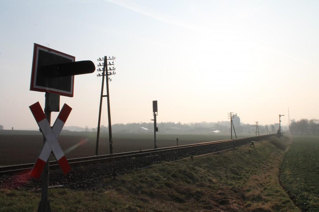 In der Morgensonne steht das Einfahrsignal von Hungen auf der Lahn-Kinbzig-Bahn am 19.03.2015.