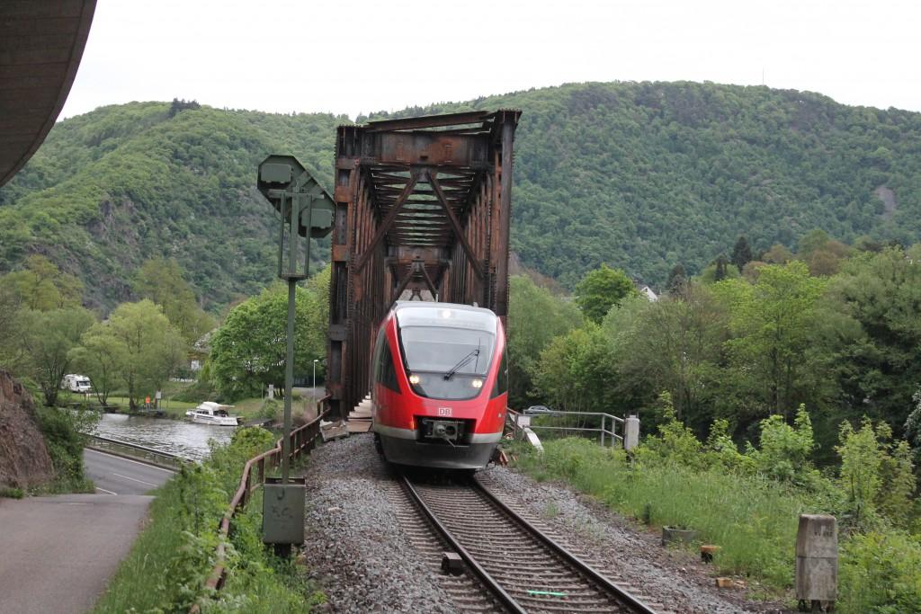 Ein TALENT überquerte am 08.05.2015 die Lahnbrücke am Abzweig Hohenrhein auf der Lahntalbahn und wird gleich den Bahnhof Niederlahnstein erreichen.