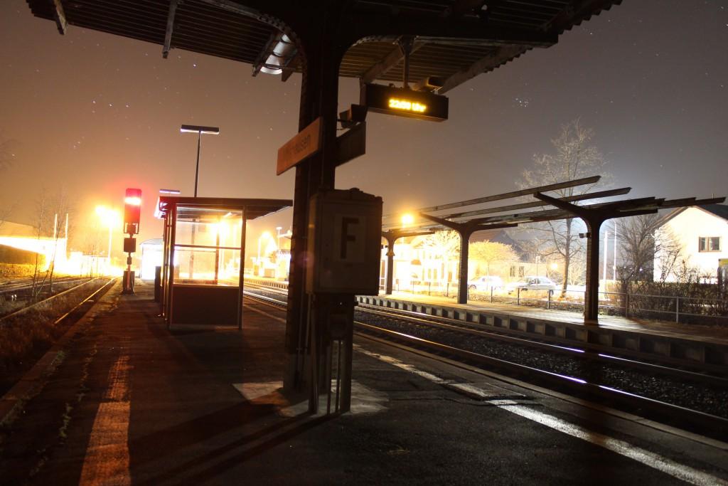 Eine Nachtaufnahme im Bahnhof Albshausen auf der Lahntalbahn am 17.03.2015.