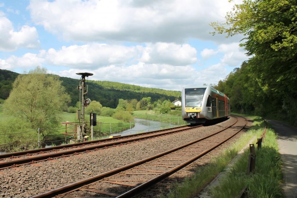 Am 07.05.2015 fährt ein GTW der HLB über die Lahntalbahn nach Limburg. Er erreicht soeben das Einfahrvorsignal von Aumenau.