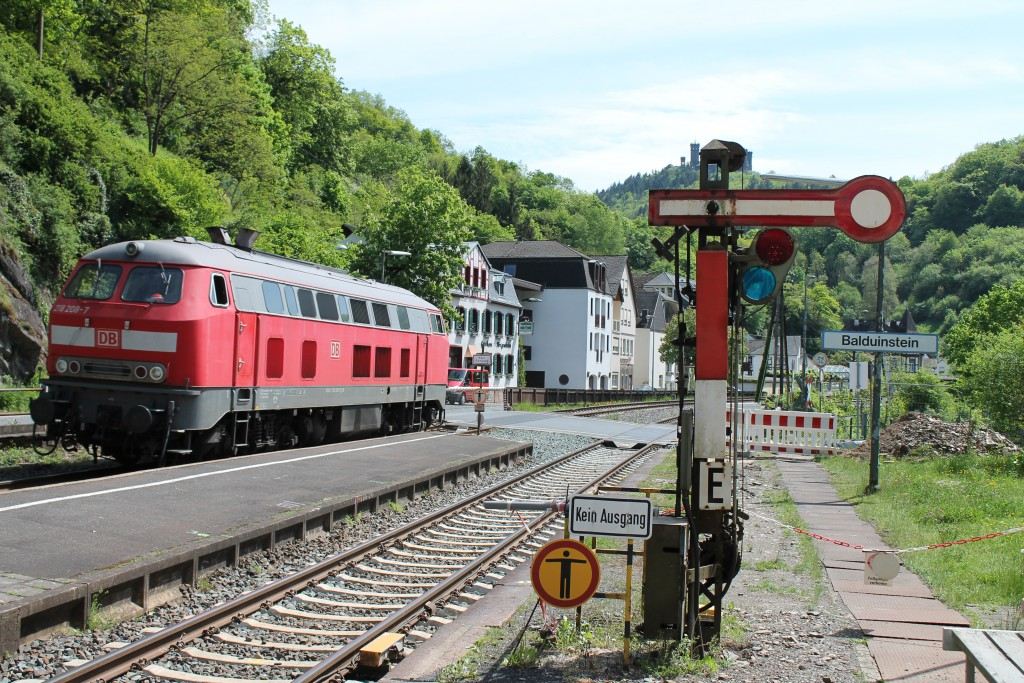 218 208 fuhr am 08.05.2015 Lz durch Balduinstein auf der Lahntalbahn.