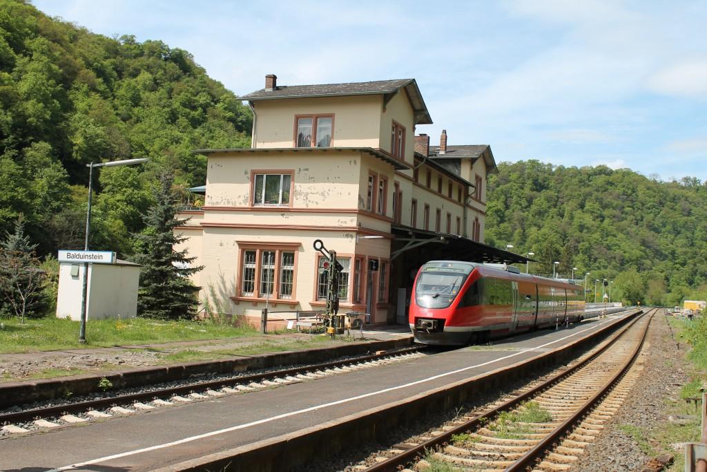 Ein TALENT der DB fuhr am 08.05.2015 als Regionalbahn in Balduinstein auf der Lahntalbahn in Richtung Koblenz aus.