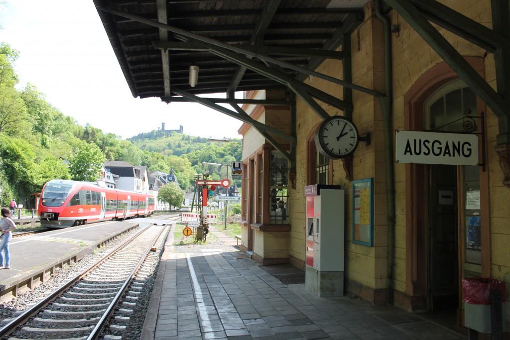 Ein TALENT der DB fuhr am 08.05.2015 als Regionalbahn in Balduinstein auf der Lahntalbahn in Richtung Limburg ein.
