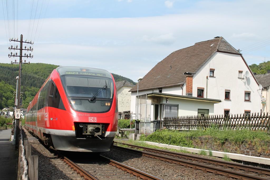 Am 09.05.2015 fuhr ein TALENT der DB am Schrankenposten 55 in Miellen auf der Lahntalbahn in Richtung Koblenz vorbei.