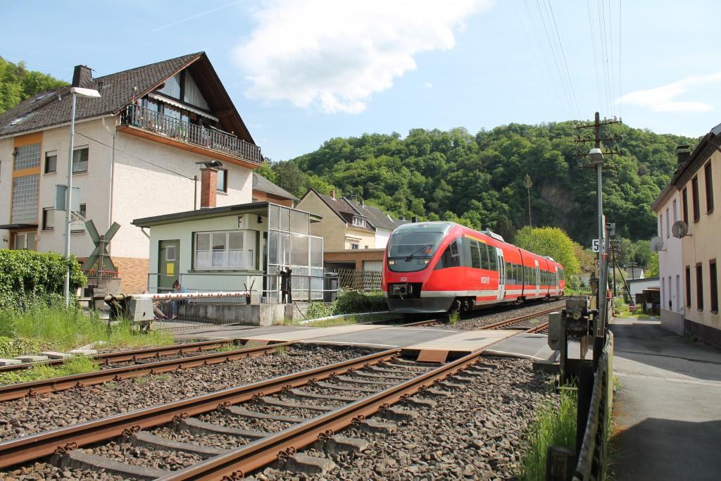 Am 09.05.2015 fuhr ein TALENT der DB am Schrankenposten 55 in Miellen auf der Lahntalbahn in Richtung Limburg vorbei.