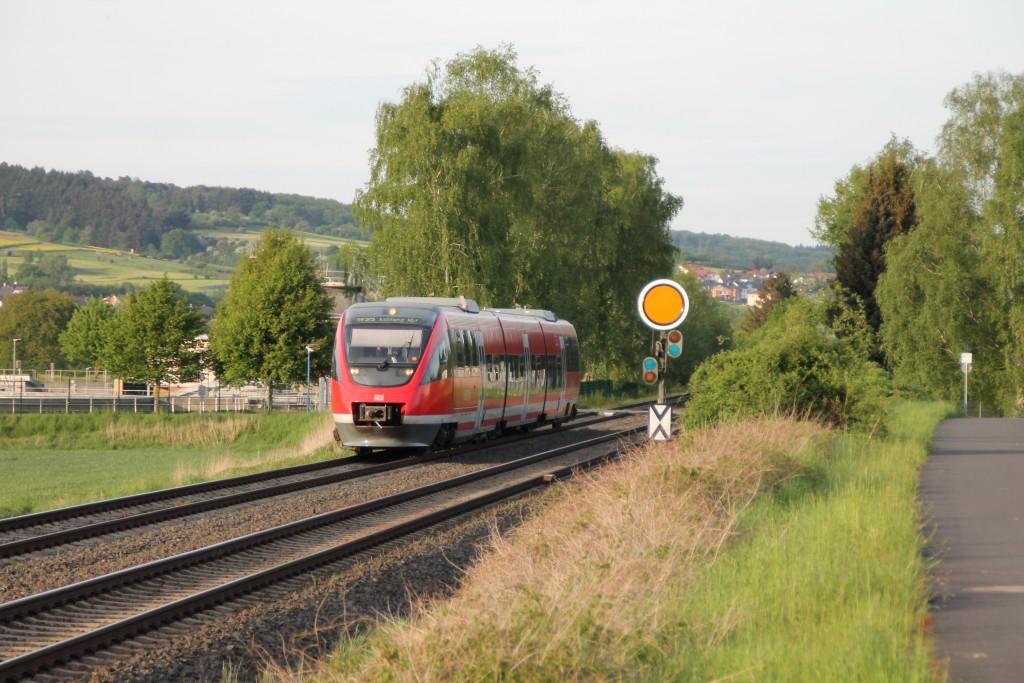 Am 11.05.2015 ist ein TALENT der DB als Regionalexpress nach Koblenz über die Lahntalbahn unterwegs, gerade erreichte er das Einfahrvorsignal der Gegenrichtung.