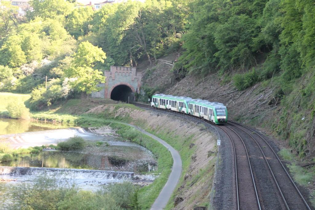 Ein LINT der VECTUS verlässt am 13.05.2015 den Kirschhofener Tunnel auf der Lahntalbahn.