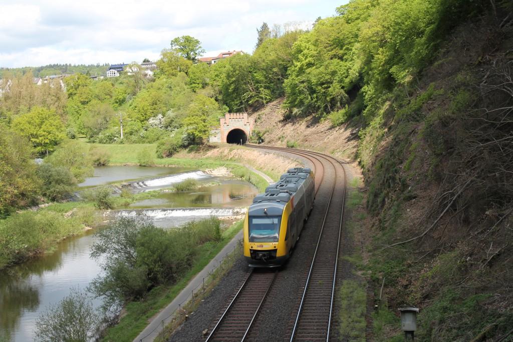 Ein LINT der HLB fuhr am 07.05.2015 als RB nach Limburg und ist gerade zwischen dem Kirschhofener Tunnel und dem Michelsberger Tunnel.