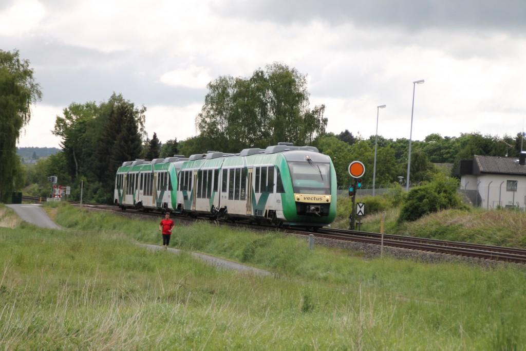 Am 20.05.2015 verlässt eine Doppeltraktion aus LINT der VECTUS den Haltepunkt Solms auf der Lahntalbahn. Soeben hat er das Einfahrvorsignal der Gegenrichtung erreicht.