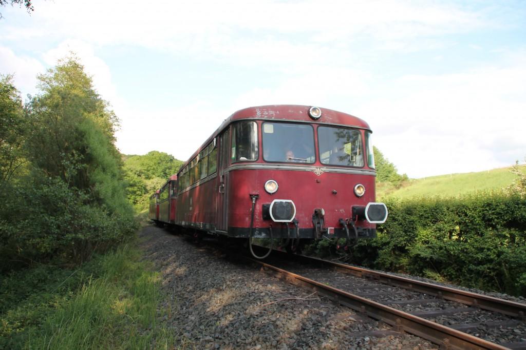 996 677 kommt am 25.05.2015 zurück vom Streckenende der Lumdatalbahn in Mainzlar.