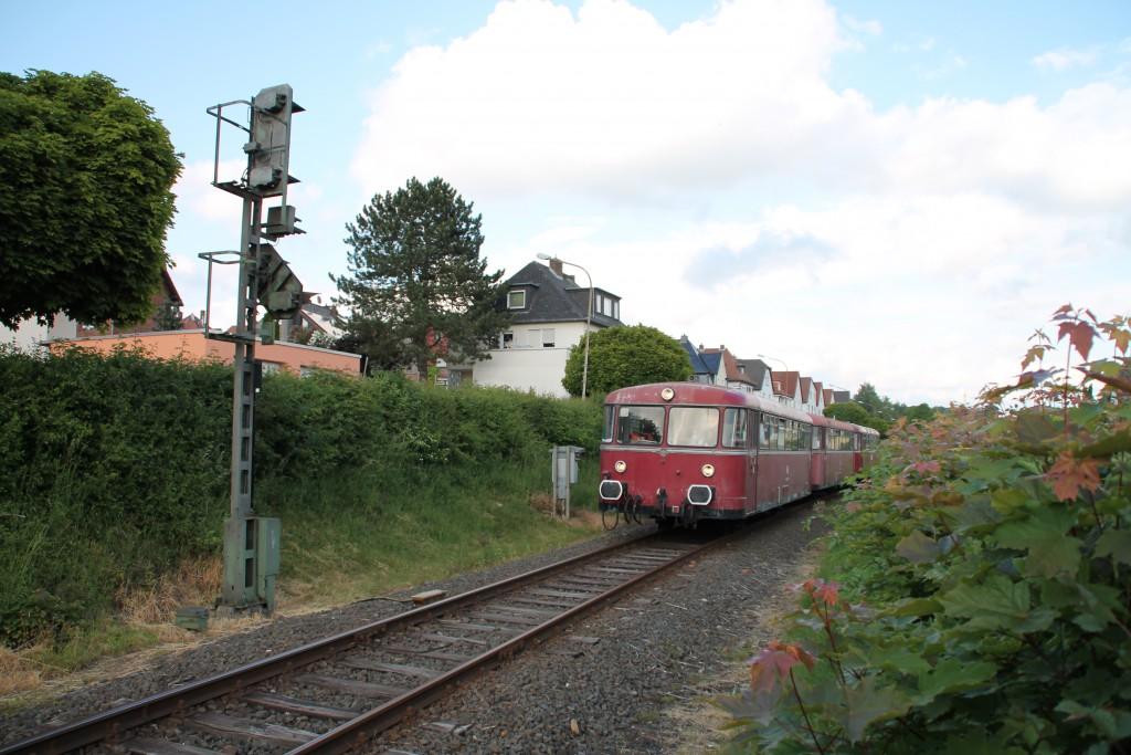 Am 25.05.2015 erreicht 996 677 mit seiner dreiteiligen Schienenbusgarnitur das Einfahrsignal von Lollar auf der Lumdatalbahn.