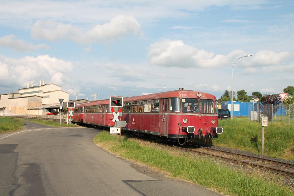 996 677 erreicht am 25.05.2015 mit seiner dreiteiligen Schienenbusgarnitur einen Bahnübergang in Mainzlar auf der Lumdatalbahn.