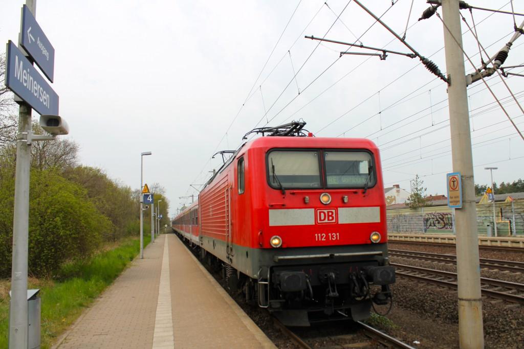 112 131 fährt am 25.04.2015 mit ihrer Regionalbahn aus n-Wagen im Bahnhof Meinersen in Richtung Wolfsburg ein.