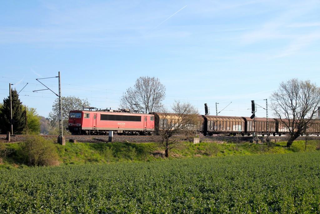 Eine 155 genießt mit ihrem Güterzug die Morgensonne am 21.04.2015 bei Cölbe auf der Main-Weser-Bahn.