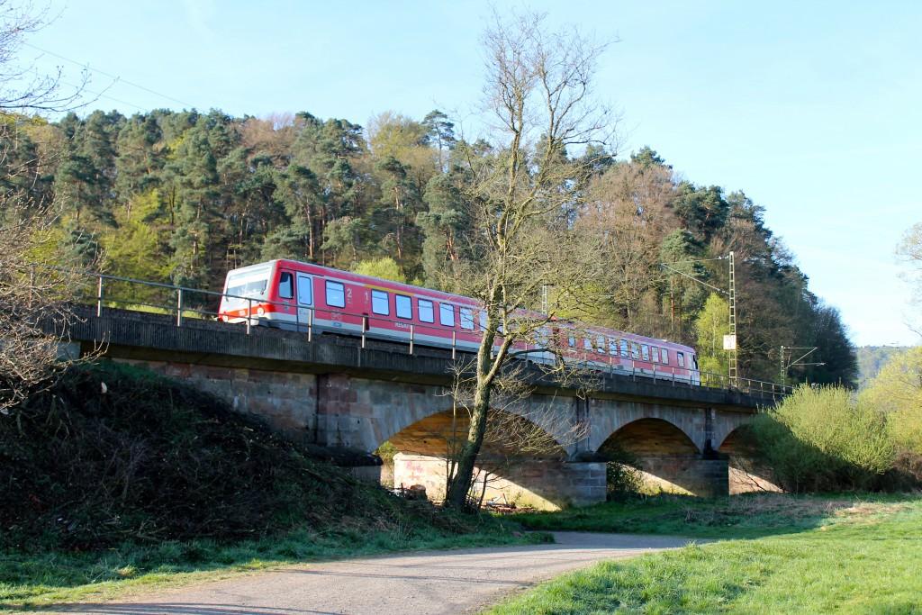 Ein 628 der Kurhessenbahn überquert am 21.04.2015 das Lahn-Viadukt vor Cölbe.