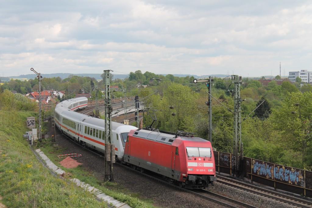101 025 fährt am 03.04.2015 mit einem verspätetem IC auf der Main-Weser-Bahn in den Bahnhof Friedberg ein.