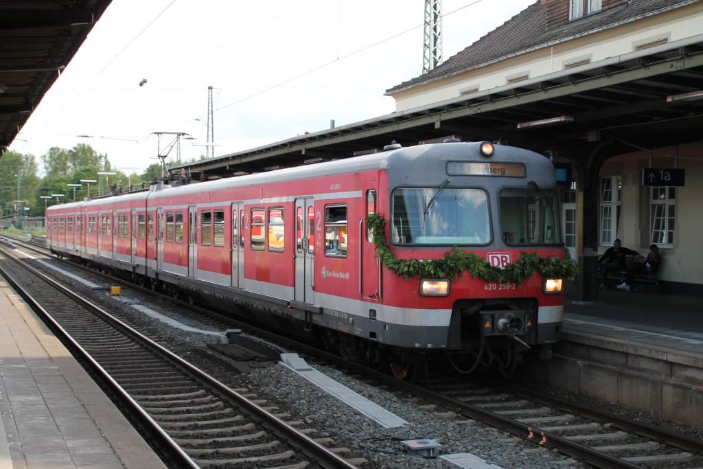 420 298 wartet am 20.05.2015, bei seiner Überführung nach Gießen, eine Überholung in Friedberg auf Gleis 1 ab.