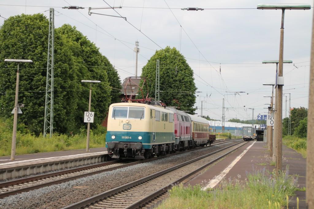 Am 27.05.2015 durchfährt 111 001 des DB Museums den Bahnhof Lollar auf der Main-Weser-Bahn um 216 221 nach Gießen zu überführen.
