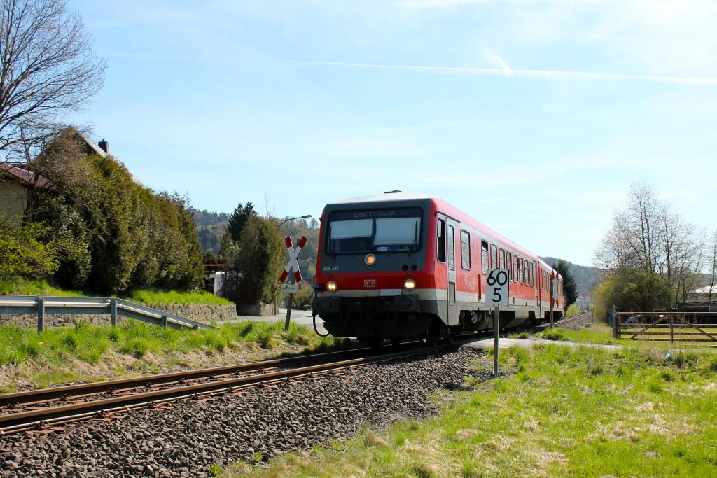 628 335 als Regionalbahn nach Erndtebrück überquert am 21.04.2015 einen unbeschrankten Bahnübergang hinter Biedenkopf, auf der oberen Lahntalbahn.