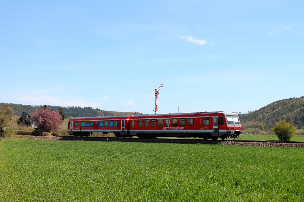 628 235 fährt am 21.04.2015 als Regionalbahn nach Marburg, auf der oberen Lahntalbahn, in den Bahnhof Sarnau ein.