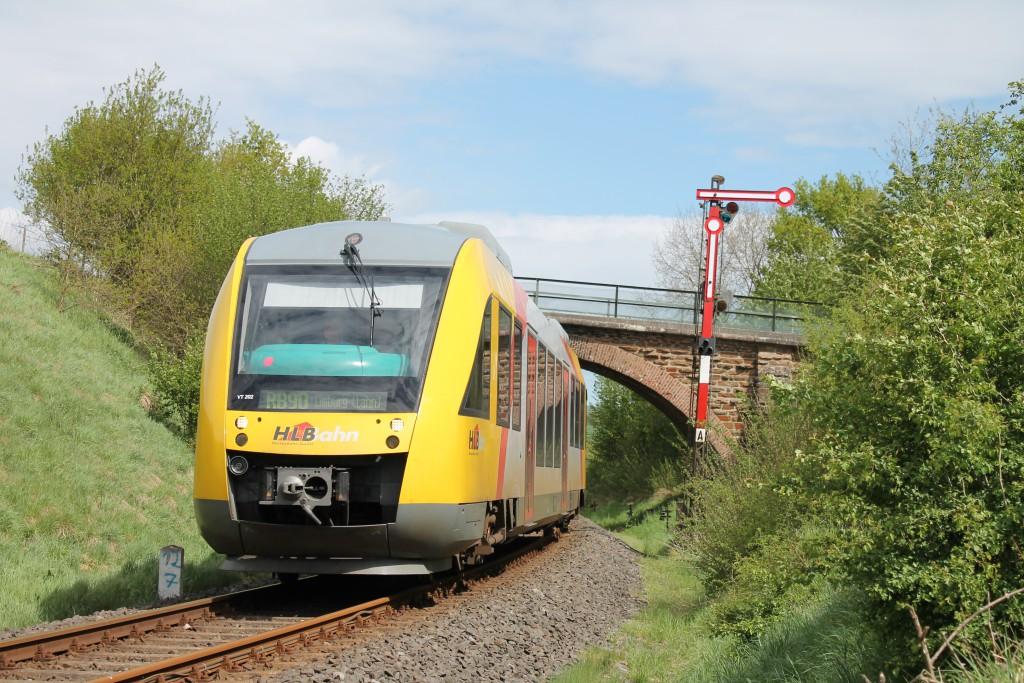 Ein LINT der HLB verlässt am 06.05.2015 Niederzeuzheim auf der Oberwesterwaldbahn in Richtung Limburg.