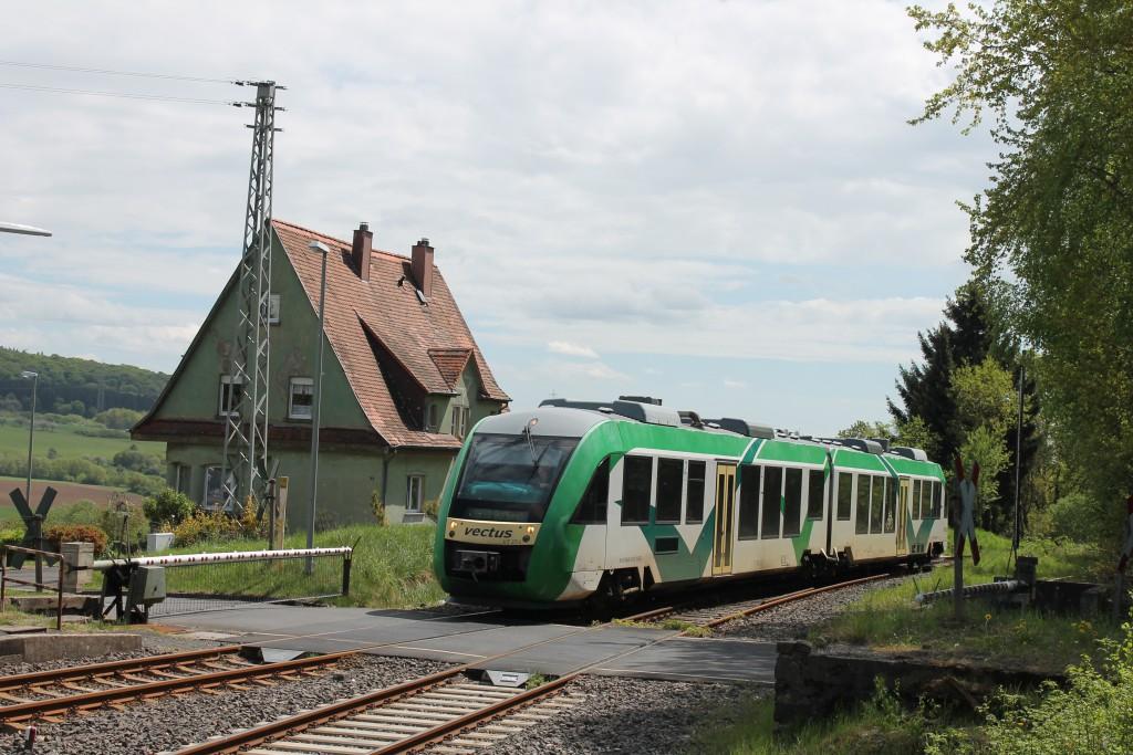 Ein LINT der VECTUS fährt am 06.05.2015 in den Bahnhof Wilsenroth auf der Oberwesterwaldbahn aus Richtung Limburg ein.