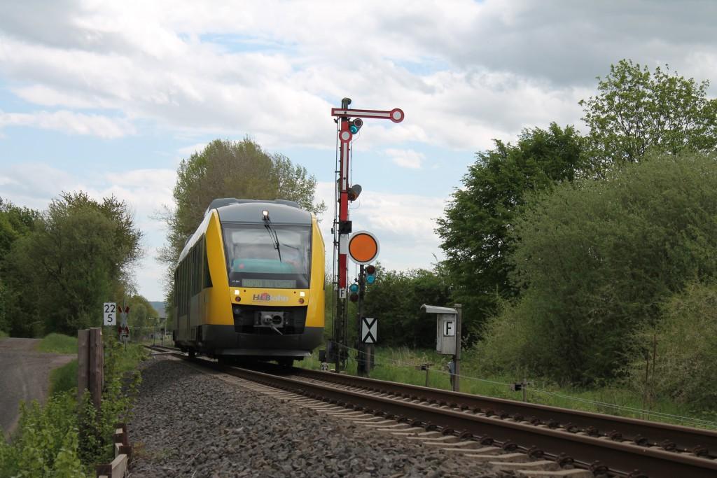 Ein LINT der HLB verlässt am 06.05.2015 den Bahnhof Wilsenroth auf der Oberwesterwaldbahn in Richtung Westerburg.