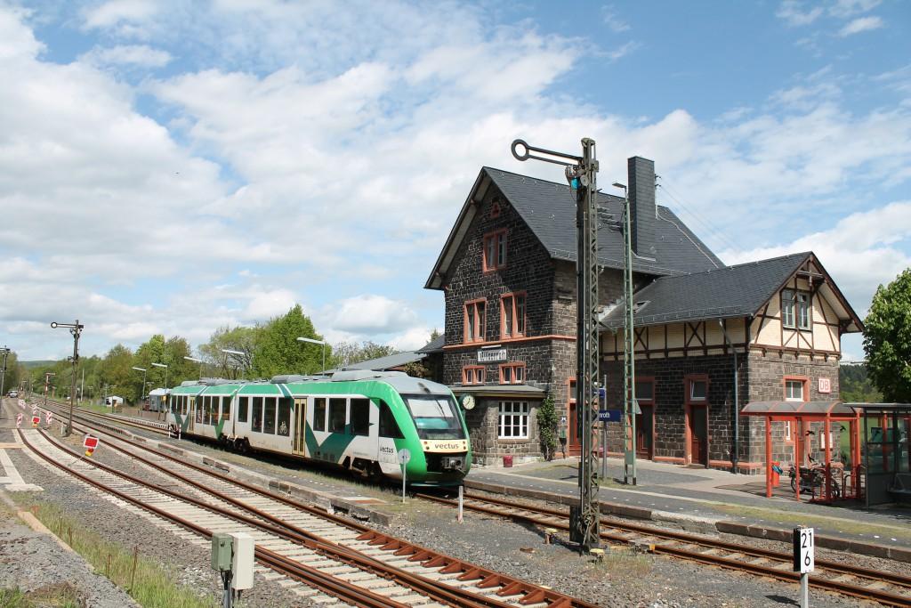 Ein LINT der VECTUS hält am 06.05.2015 im Bahnhof Wilsenroth auf der Oberwesterwaldbahn in Richtung Westerburg.