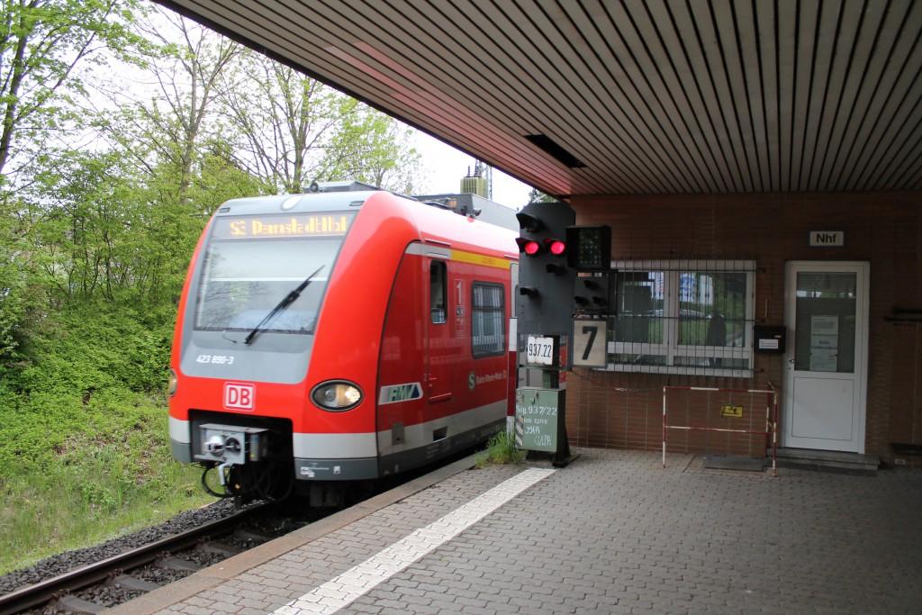 Am 30.04.2015 fährt 423 390, der S-Bahn Rhein-Main, als S3 nach Darmstadt Hbf im Bahnhof Niederhöchstadt ein.