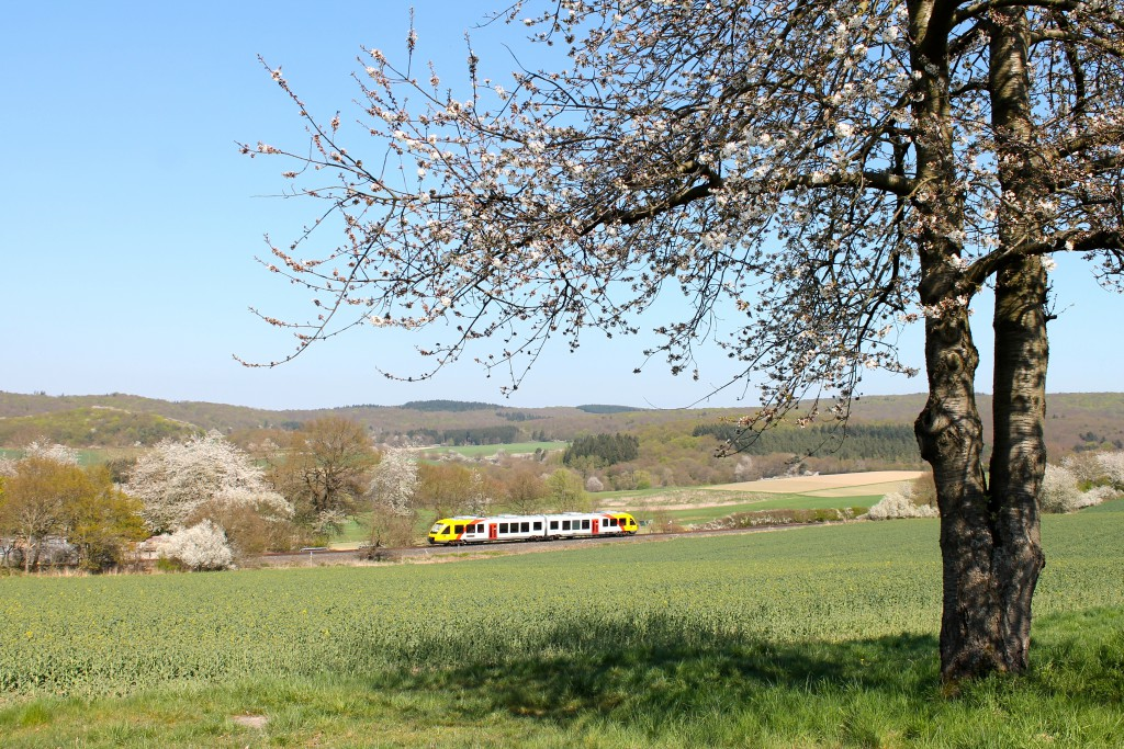 Ein LINT der HLB machte sich am 23.04.2015 von Grävenwiesbach, über die Taunusbahn, auf den Weg nach Brandoberndorf.