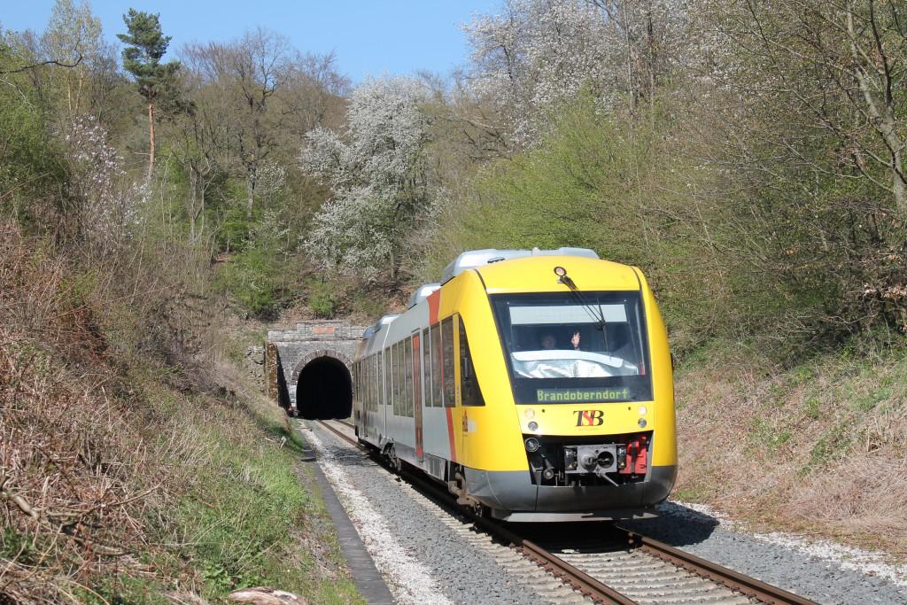 Ein LINT der HLB verließ am 23.04.2015 den Hasselborner Tunnel auf der Taunusbahn und erreicht gleich Grävenwiesbach.