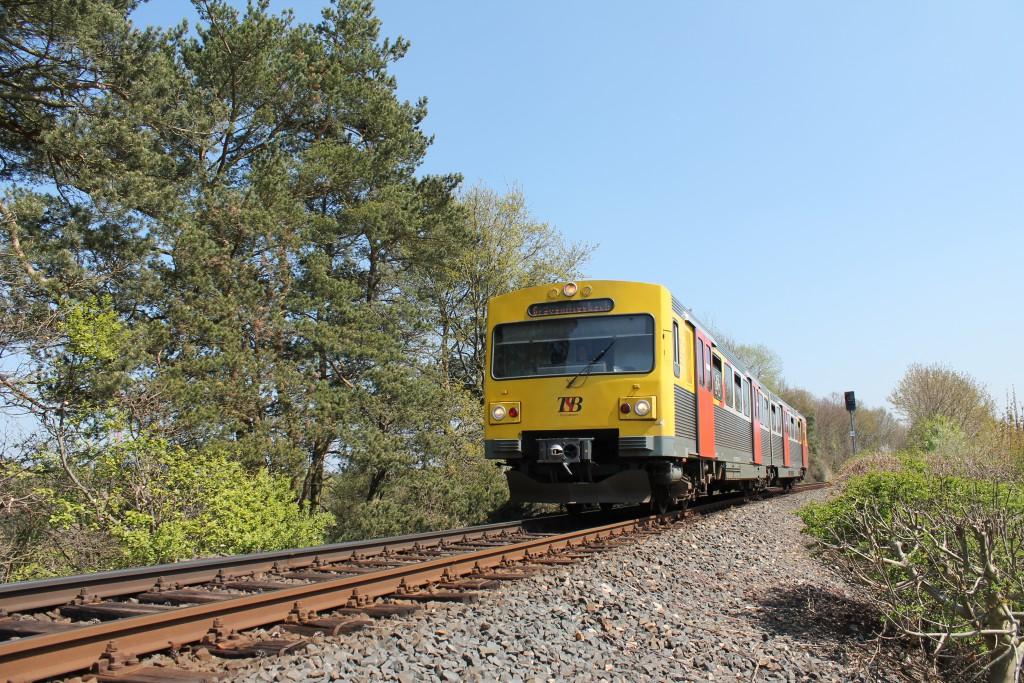 Ein VT2E der HLB verließ am 23.04.2015 den Bahnhof Usingen, auf der Taunusbahn, und ließ soeben das Einfahrsignal hinter sich.