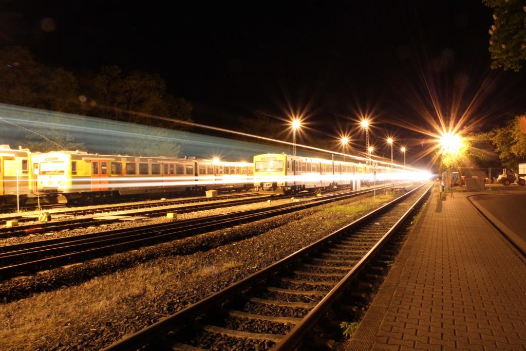 Am 15.05.2015 kommt der vorletzte Zug aus Brandoberndorf im Bahnhof Grävenwiesbach, auf der Taunusbahn, an. Im Hintergrund stehen mehrere VT2E zur Nachtruhe.