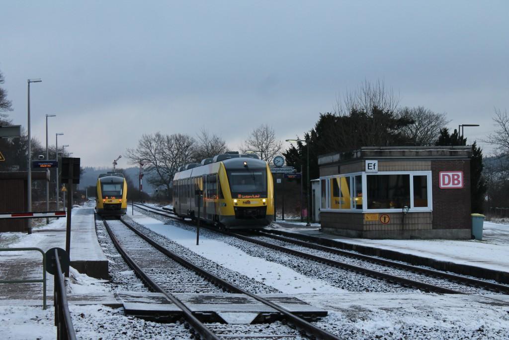 Im Bahnhof Ehringshausen, auf der Vogelsbergbahn, kreuzen am 27.01.2015 zwei LINT der HLB.