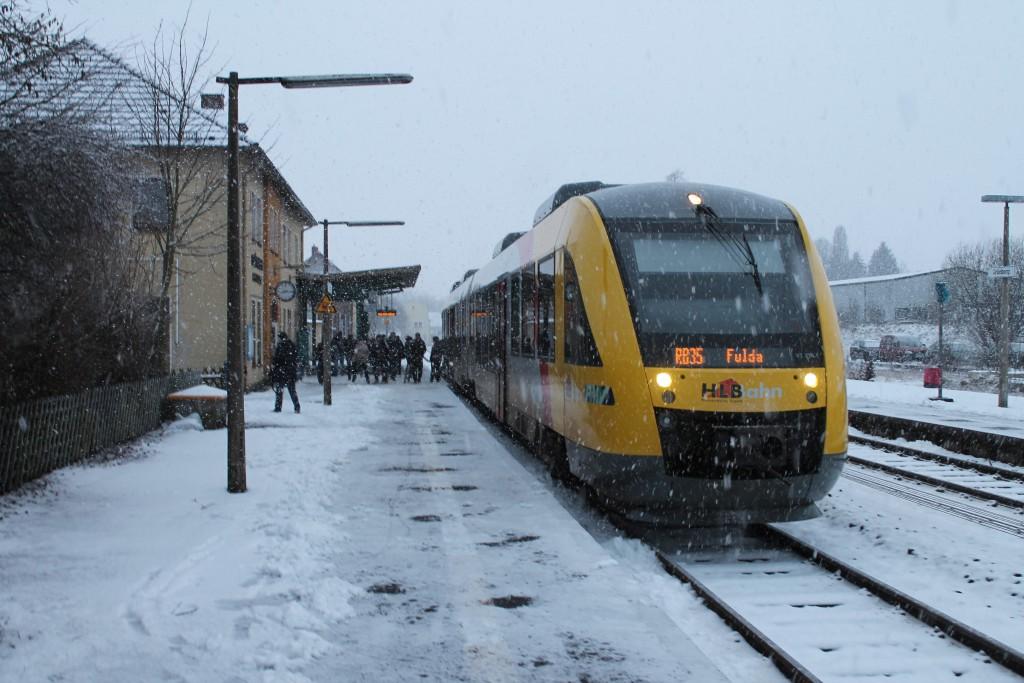 Im Schneetreiben wartet am 27.01.2015 ein LINT der HLB im Bahnhof Grünberg, auf der Vogelsbergbahn, auf Ausfahrt in Richtung Fulda.