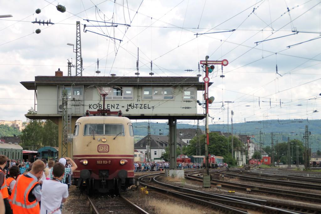 103 113 durchfährt während der Lokparade im DB-Museum am 13.06.2015 das Reiterstellwerk in Koblenz-Lützel.