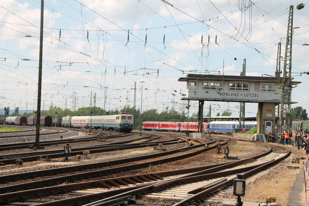 140 423 macht sich am 13.06.2015 als Sonderzug vom DB-Museum Koblenz-Lützel nach Frankfurt auf den Weg.
