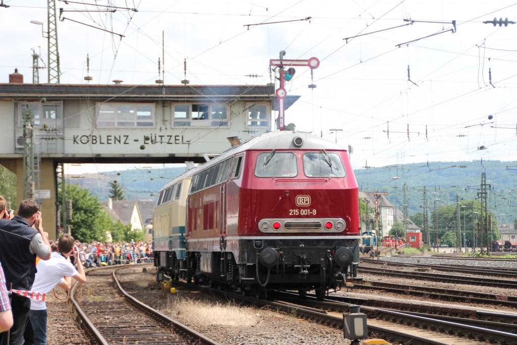 217 014 und 215 001 durchfahren am 13.06.2015 während der Lokparade des DB-Museum das Reiterstellwerk in Koblenz-Lützel.