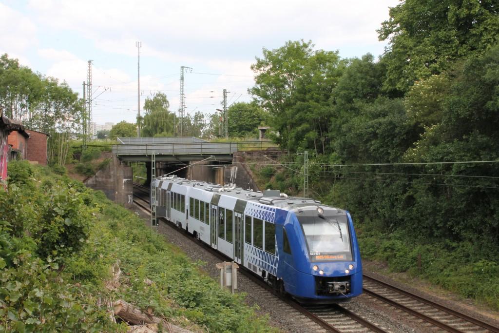 Ein LINT der VLEXX verlässt am 10.06.2015, als Ersatzzug für die HLB, den Bahnhof Gießen in Richtung Wetzlar.