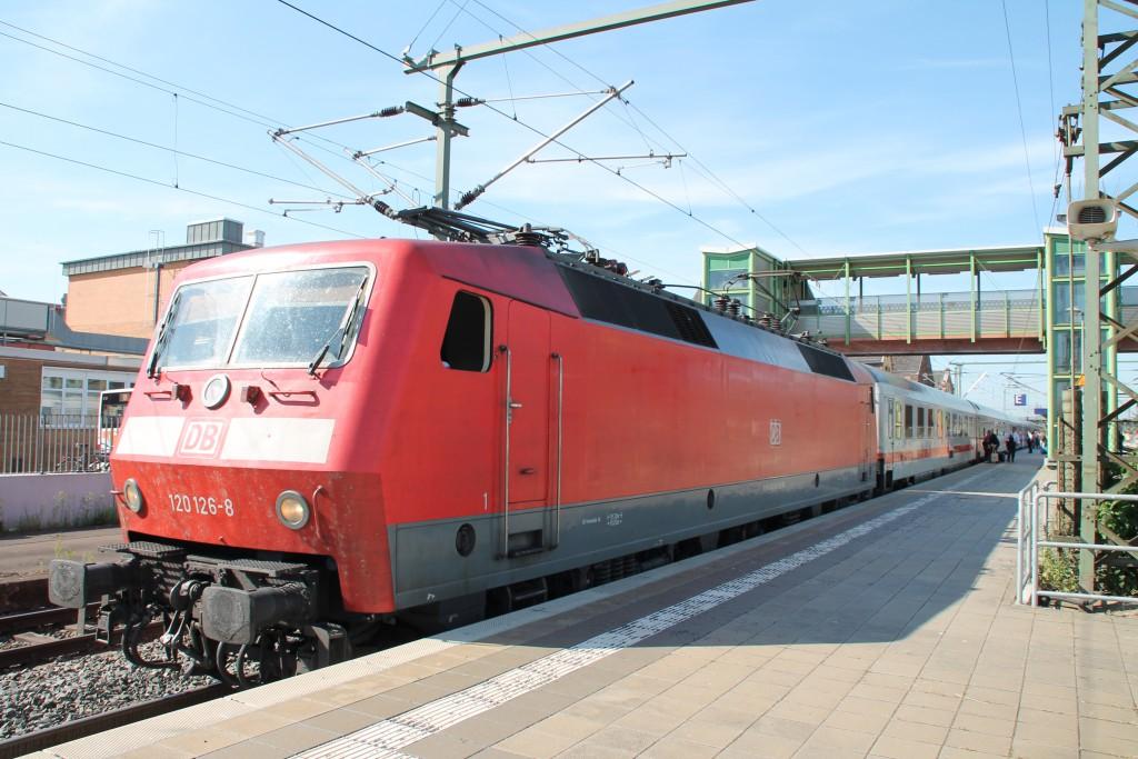 Am 05.06.2015 hält 120 126 mit Ihrem IC nach Stralsund im Bahnhof Gießen an.
